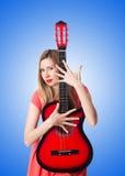 反对梯度的女性吉他演奏员 免版税图库摄影