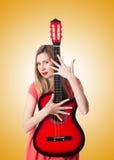 反对梯度的女性吉他演奏员 免版税库存照片