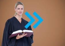 反对棕色背景的女性法官与蓝色箭头 库存图片