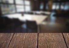 反对模糊的咖啡馆的木桌 库存照片
