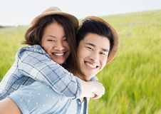 反对模糊的草甸的千福年的夫妇肩扛 库存照片