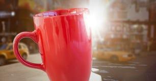 反对模糊的街道的红色杯子有火光的 免版税图库摄影