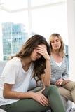 反对母亲的哀伤的女儿 免版税库存图片