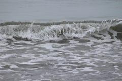 反对沙子的光波 免版税库存照片
