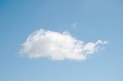 反对浅兰的清楚的天空特写镜头的一朵白色云彩 库存照片