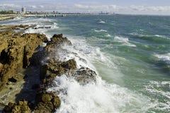 反对海岸线的波浪 免版税图库摄影