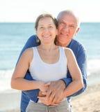 反对海的成熟夫妇在夏天 库存照片