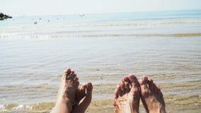 反对海的男人和妇女腿在夏天靠岸,计时移动 文本的空的地方 影视素材