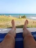 反对海的男性脚 库存图片