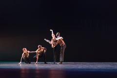 反对深蓝背景的两2位舞蹈家姿势在阶段 库存图片