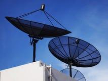 反对清楚的蓝天的卫星盘 免版税库存图片