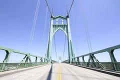 反对清楚的蓝天的圣约翰斯桥梁 免版税图库摄影