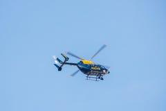 反对清楚的蓝天的警察用直升机飞行 免版税图库摄影