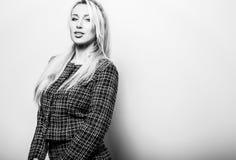 反对演播室背景的美好的性感的白肤金发的妇女姿势 黑白的照片 图库摄影