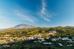 反对火山El泰德峰,特内里费岛的El坦基镇 库存图片