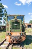 反对灰色天空的古色古香的机车 免版税库存图片