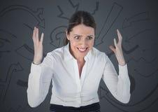 反对灰色背景和箭头图表的沮丧的女商人 图库摄影