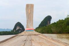 反对热带背景的传统木小船 免版税库存图片