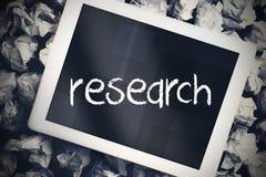 反对片剂个人计算机的研究有蓝色屏幕的 免版税库存图片