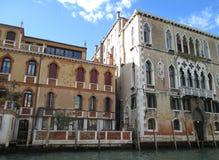 反对生动的蓝天,威尼斯的惊人的葡萄酒建筑学 图库摄影