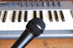 反对电子合成器键盘的黑声音话筒特写镜头 免版税图库摄影