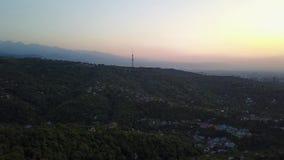 反对电视塔的红色橙色日落 可看见的云彩,在天际的太阳落山 影视素材