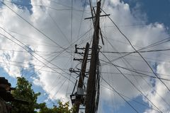 反对白色云彩的电引导的支持 免版税库存照片