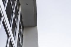 反对白色天空的工厂厂房 库存照片
