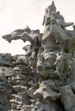 反对白色天空的被腐蚀的岩层在幻想峡谷, Ut 免版税库存图片