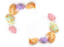 反对白色背景的五颜六色的复活节彩蛋框架 库存图片