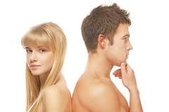 反对白色背景的年轻夫妇 库存照片