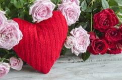 反对的红色和桃红色玫瑰的被检查的手工制造心脏 免版税库存照片
