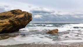 反对石头的波浪断裂 影视素材