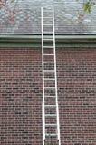 反对石板屋顶的梯子 免版税图库摄影
