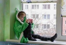 反对窗口的孩子 免版税库存照片