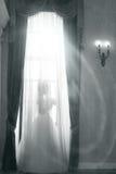 反对窗口的新娘 库存图片