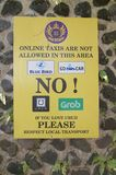反对网上出租汽车服务的抗议标志在Ubud,巴厘岛 库存图片