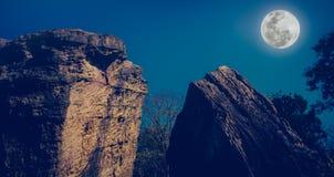 反对美丽的天空和满月的冰砾在平静的natur 图库摄影