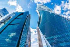 反对美丽的天空的摩天大楼与云彩 免版税库存照片