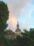 反对美丽的晚上天空的修道院 免版税图库摄影