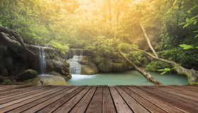 反对美丽的石灰石瀑布的木大阳台 免版税库存图片