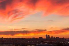反对美好的日落的背景的大大都会在秋天的 免版税图库摄影