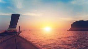反对美好的日落的长尾巴小船 股票视频