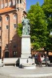 反对老城镇厅的哥白尼纪念碑在托伦 免版税库存照片