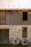 反对老大厦的两块磨房石头 免版税库存图片