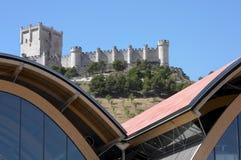 反对老西班牙城堡的现代大厦 库存照片