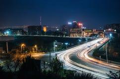 反对耶烈万阿勒山白兰地酒工厂的胜利桥梁在晚上 库存图片