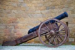 反对耶路撒冷旧城的堡垒墙壁的背景的古老大炮特写镜头 巴库,阿塞拜疆 免版税库存照片