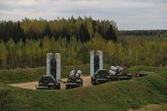 反对背景的俄国军用设备s-300 免版税库存图片