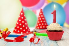 反对背景的生日杯形蛋糕与气球 免版税库存图片